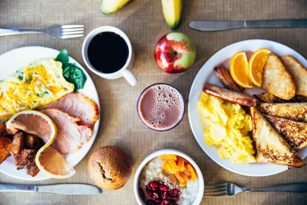 Burst from Pexels shows us a hearty breakfast explaining what do bodybuilders eat for breakfast by showing us the high protein meal for those working out later in the afternoon.